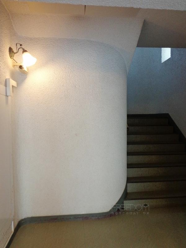 秀和高樹町レジデンスの共用階段