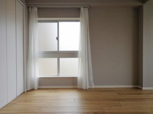 青山コーポラスの洋室の窓